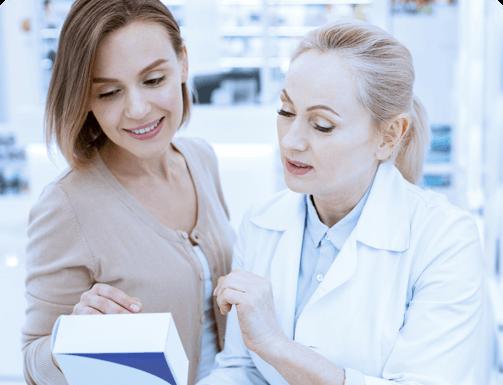 farmaceutka z klientem czyta opakowanie leku